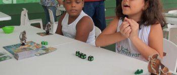 Projeto leva jogos de tabuleiro para alunos em escola: 'Aprendemos mais'